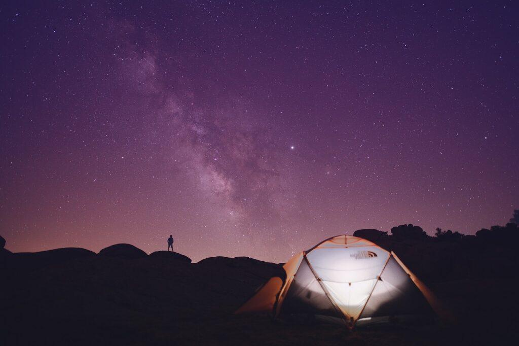 星空の下でテントを張ってキャンプ